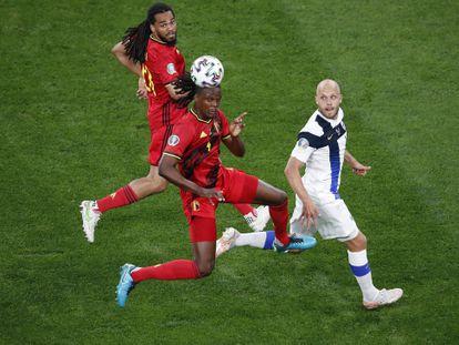 Los belgas Dedryck Boyata y Jason Denayer (de rojo), dos de los tres centrales de Bélgica, defienden una jugada en el partido del pasado lunes ante Finlandia en San Petersburgo (Rusia).
