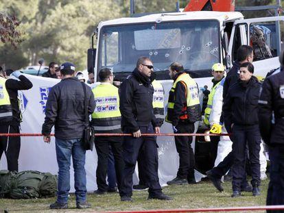 Las fuerzas de seguridad israelíes acordonan el lugar del atentado.