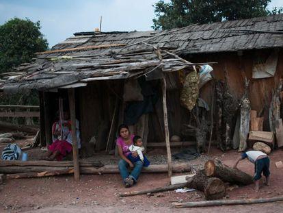 Una familia delante de su casa en la comunidad de Barranca de la Palma, en Cochoapa el Grande.