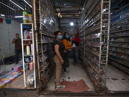 Comerciantes ambulantes en el barrio de Tepito, en Ciudad de México, en abril de 2020.