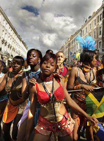 Jóvenes bailan por las calles de Notting Hill durante la primera jornada del carnaval.