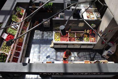 Vista panorámica del Mercado de San Antón, en la que se ve la frutería 4 Hojas regentada por mujeres.