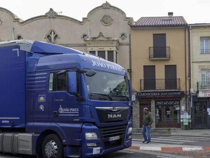 Un camión cruza el único paso de cebra de Alcañices en presencia de un vecino.