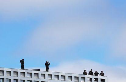 La policía vigila desde un tejado en el MIT, durante el funeral por el policía asesinado la semana pasada.