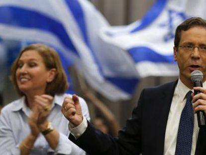 Isaac Herzog y Tzipi Livni. el martes en un acto de campaña en Beersheba.