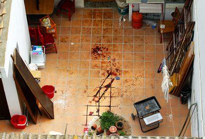 Patio interior de la vivienda de Valencia en la que fue apuñalada mortalmente una mujer el martes.