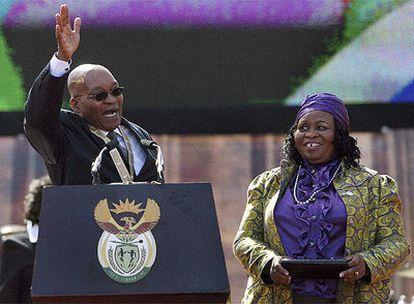 El nuevo presidente sudafricano, Jacob Zuma, saluda a su seguidores durante la toma de posesión celebrada en Pretoria