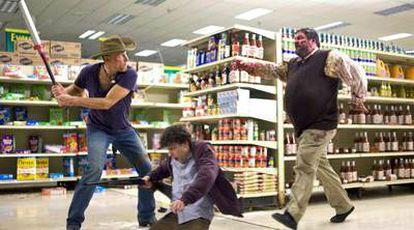 Woody Harrelson se enfrenta a un zombi que persigue a Jesse Eisenberg, en <i>Bienvenidos a Zombieland.</i>