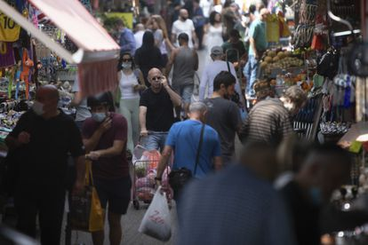 Ambiente en un mercado en Tel Aviv, este domingo.