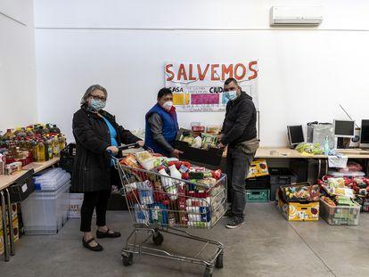 Sonia del Rio, Feliciano y Juan Rodriguez, del banco de alimentos de Casa de la Cultura de Chamberi.