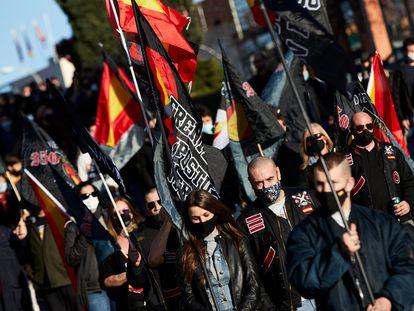 Varias personas participan en una marcha neonazi en Madrid el 13 de febrero de 2021.