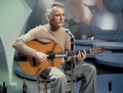 Georges Brassens, en el set de un programa de televisión.