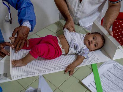 Uno de los niños atendidos en el centro médico que utiliza Médicos Sin Fronteras en el pueblo colombiano de La Gabarra, Norte de Santander, de lunes a viernes, desde 2018.