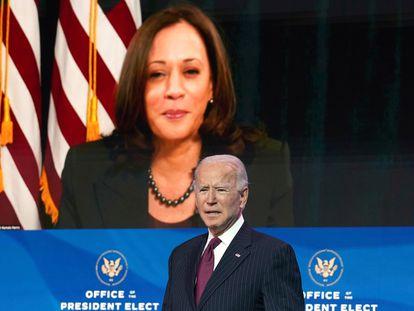 El presidente electo de Estados Unidos, Joe Biden, se dirige a la prensa desde Wilmington (Delaware), el pasado miércoles, con la imagen de la vicepresidenta electa, Kamala Harris, detrás.