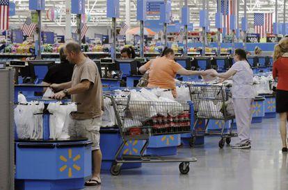 Clientes de Walmart pasando por caja en Springdale, Arkansa
