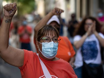 Activistas del Sindicat de Llogaters protestan contra un desahucio en Barcelona.