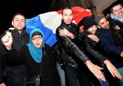 Partidarios del cómico Dieudonne hacen el saludo 'quenelle' para apoyarlo frente a las críticas del ministro del Interior.