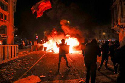 Barricadas en llamas durante los enfrentamientos del miércoles en las calles de Barcelona.