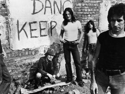 AC/DC en una imagen promocional de 1977. En vídeo, la banda interpreta la canción 'Highway to hell'.
