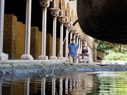 Una familia pasea por el Monasterio de Santa María de Pedralbes, uno de los más de 160 refugios climáticos de Barcelona.