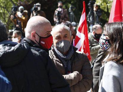 Los secretarios generales de UGT y CCOO, Pepe Álvarez (centro) y Unai Sordo (izquierda), frente al Ministerio de Economía el pasado 12 de abril.