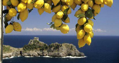 Panorámica de la costa amalfitana (Italia).
