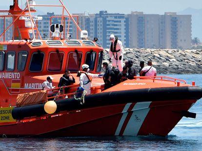 Llegada al puerto de Almería de un grupo de 14 inmigrantes rescatados por Salvamento Marítimo el pasado domingo.