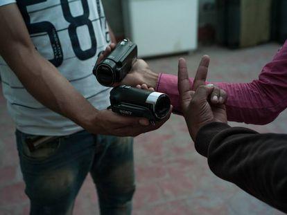 Las armas de estos periodistas ciudadanos de El Aaiún son las HandyCam y el signo de la victoria.
