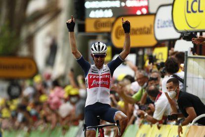Bauke Mollema cruza la meta el primero en la 14ª etapa del Tour de Francia.