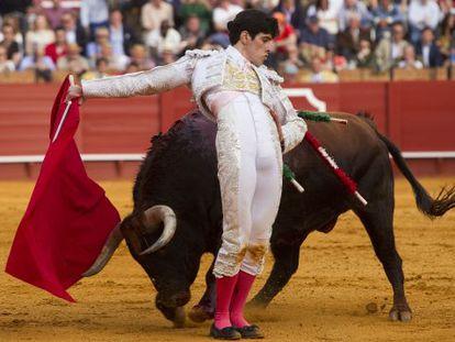 López Simón durante la faena con su primer toro.