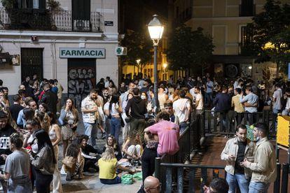 'Botellón' en la plaza del Rastrillo, en el barrio de Malasaña de Madrid sobre la 1 de la madrugada, el pasado sábado.