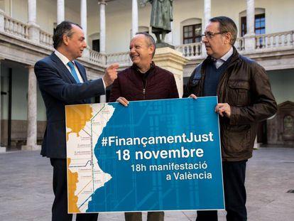 El presidente de la Confederación Empresarial Valenciana (CEV), Salvador Navarro, a la izquierda, y los secretarios generales de CCOO-PV, Arturo León, a la derecha, y UGT-PV, Ismael Saez.