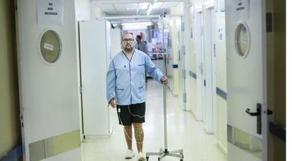 Enrique Cruciani es uno de los pacientes afectados por el cierre de plantas en Bellvitge.