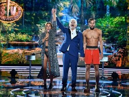 Olga Moreno, Carlos Sobera y Gianmarco Onestini, en la final de 'Supervivientes 2021'.