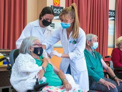 Unas sanitarias inyectan la tercera dosis contra la covid a una anciana en una residencia de Aragón.