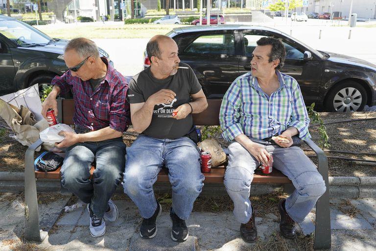 De izquierda a derecha: Luca, rumano de 54 a–ños; Carlos, de 56, y Florencio, 60, fotografiados el miércoles fuera del albergue de Ifema