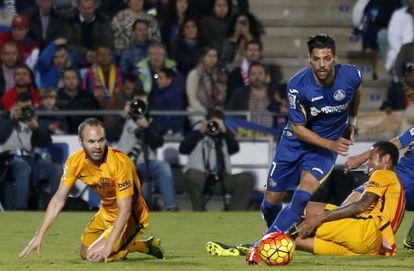 Lafita controla el balón ante Iniesta y Neymar.