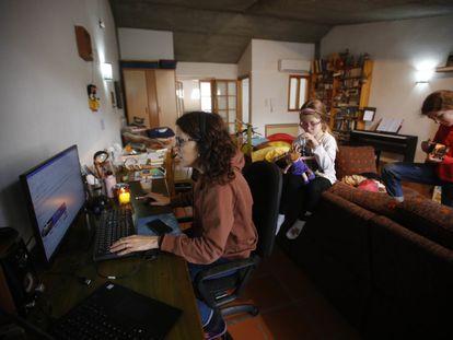 Montserrat trabaja desde casa con sus dos hijas.
