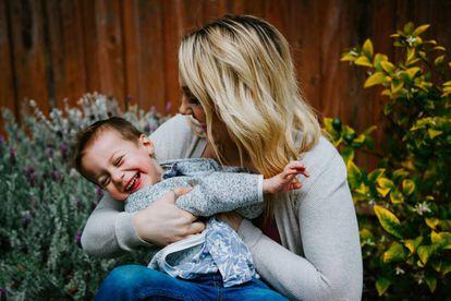 Una madre disfruta con su hijo.