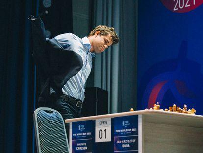 Carlsen se pone la chaqueta, hoy en Sochi, tras perder la semifinal frente a Duda