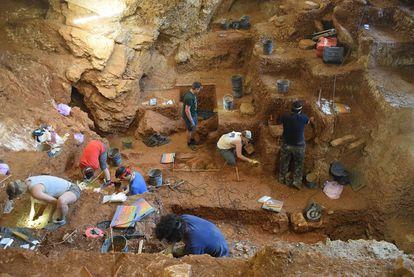 Excavación de los estratos con restos de humanos modernos, en primer plano, y de neandertales, al fondo, en la cueva de Lapa do Picareiro (Portugal).