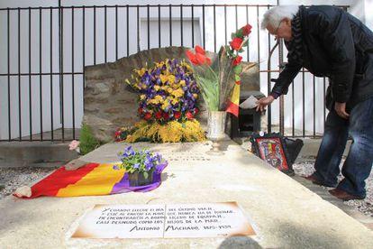 Un hombre deposita una carta en el buzón de la tumba de Antonio Machado en Collioure.