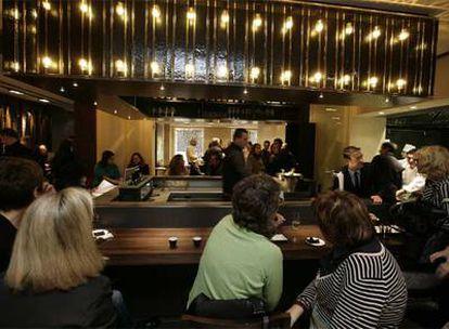 Barra del restaurante Petit Comité, local barcelonés de ambientación japonesa que sirve cocina tradicional catalana.