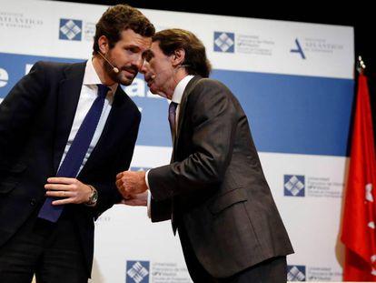 Aznar y Casado, el pasado enero en un acto en Vitoria. En vídeo, declaraciones del expresidente sobre el Gobierno durante el acto.