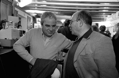 El escritor Manuel Vázquez Montalbán fotografiado con Juan Marsé, en el XXV aniversario de la creación de su personaje Pepe Carvalho, en Barcelona en 1997.