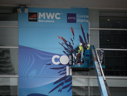 Preparativos en el recinto de la Fira de Barcelona para  el Mobile World Congress  de a finales de este mes.
