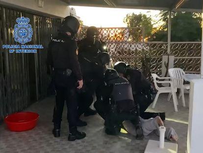 Detención de uno de los integrantes de la banda de narcotraficantes, en Sevilla.