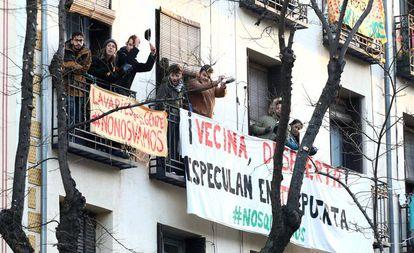 Protesta contra el desahucio de una inquilina en Madrid, el pasado febrero.