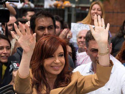 Fernández saluda a sus simpatizantes a la salida de un tribunal en octubre.