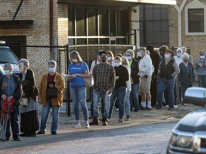 Una larga fila de personas esperan votar en la ciudad de Tyler, al este de Texas, el pasado 13 de octubre.